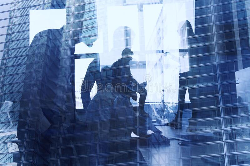 Affärsperson i regeringsställning förbindelse på internetnätverk Begrepp av det startup f?retaget dubbel exponering arkivbild