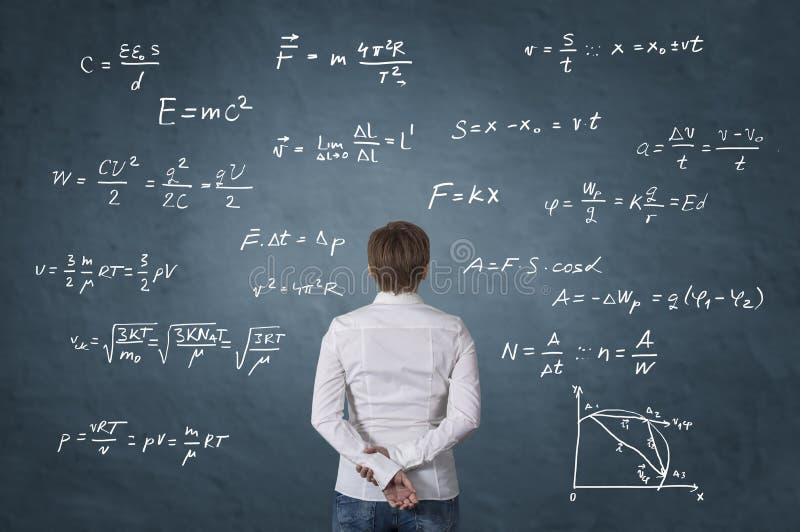 Affärsperson som framme står av matematisk formel fotografering för bildbyråer