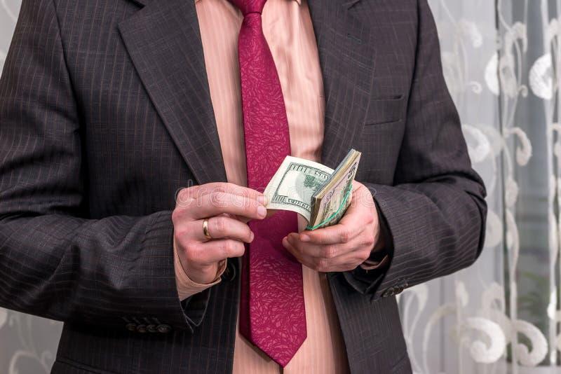 Affärsperson som räknar dollarsedlar royaltyfria foton
