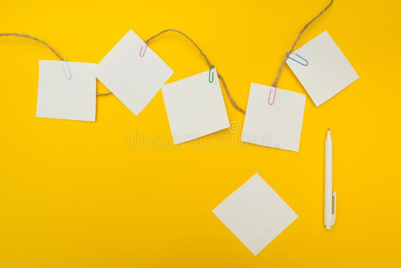Affärsplan, affärsidé, tomt utrymme för text Gul bakgrund Plan sammansättning arkivfoton