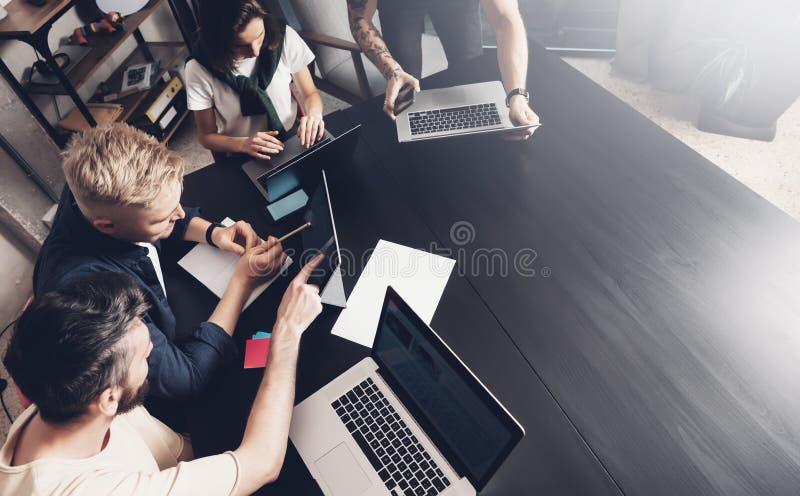 Affärsprofessionell på arbetande ögonblick Grupp av ungt säkert coworking folk som analyserar data genom att använda datorstund arkivbild