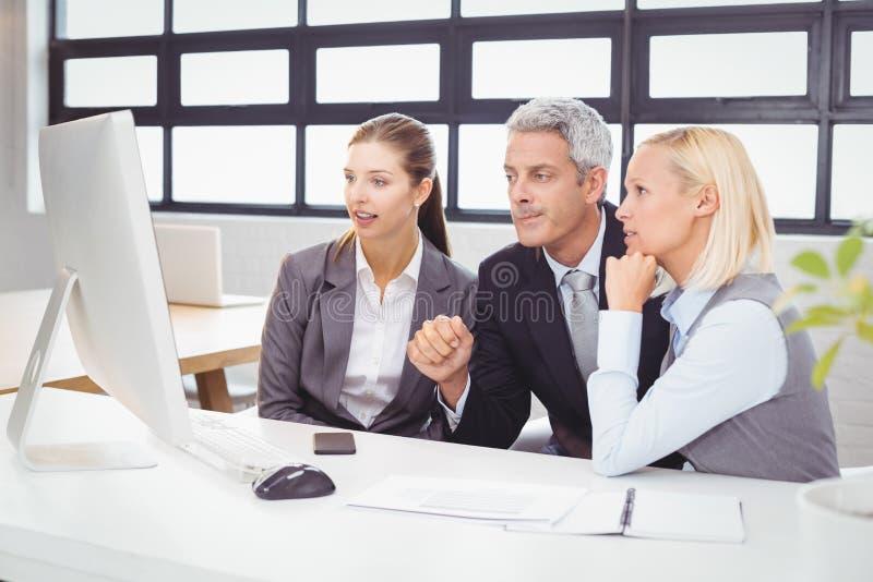 Affärsprofessionell som arbetar på datorskrivbordet arkivfoto