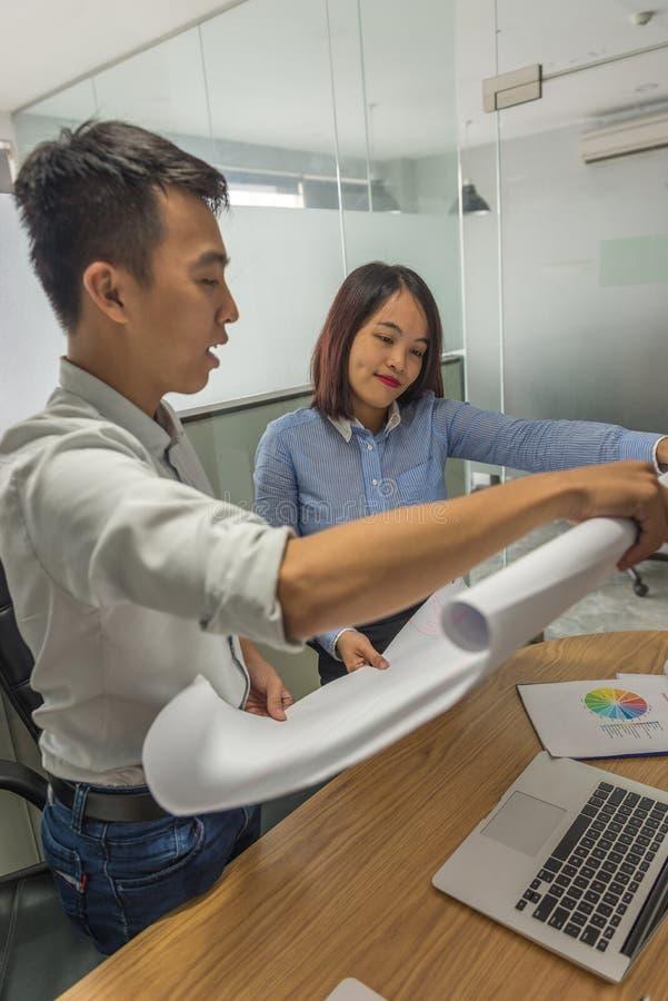 Affärsprojektlag som tillsammans arbetar på mötesrum på kontoret royaltyfri foto