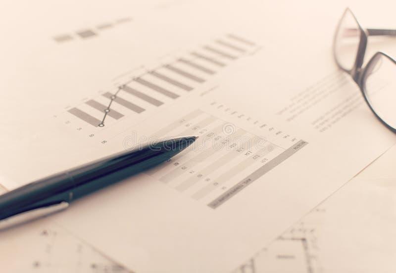 Affärsrapport och diagram arkivbilder