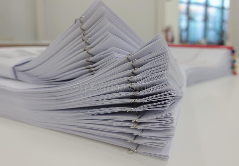 Affärsrapport på skrivbordet med suddigt av bakgrund för kontorsruminre royaltyfri foto