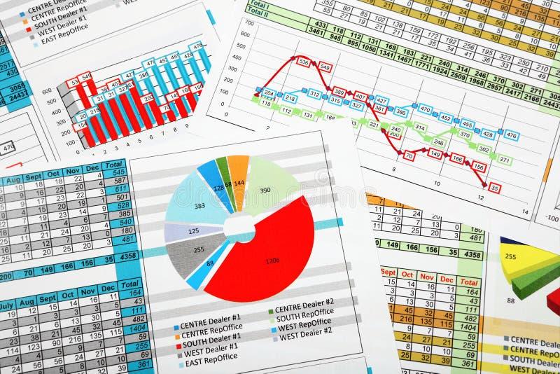 Affärsrapporter i flerfärgade diagram royaltyfri fotografi