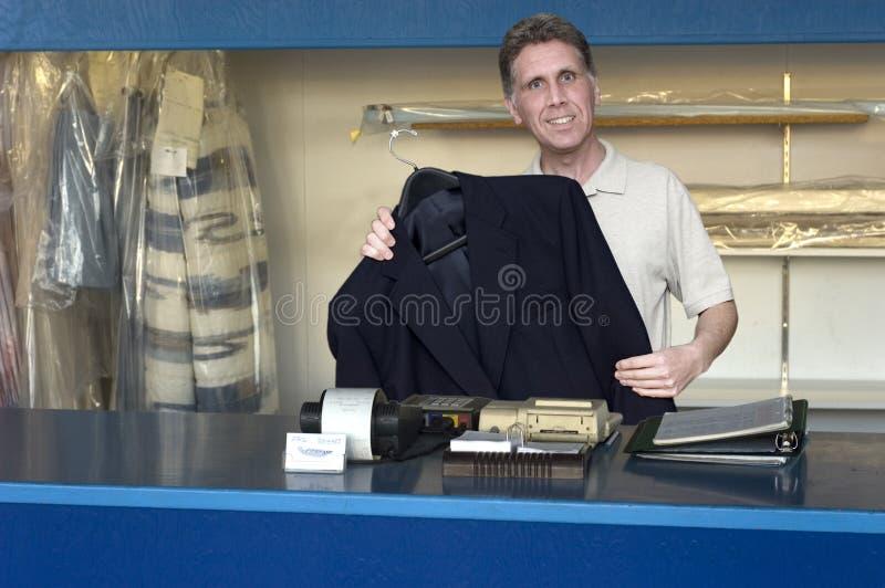 affärsrengöringsmedel som gör ren torra den små tvätteriägaren royaltyfri fotografi