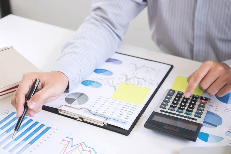 Affärsrevisorn eller bankiren, affärsman beräknar och analysien royaltyfri foto