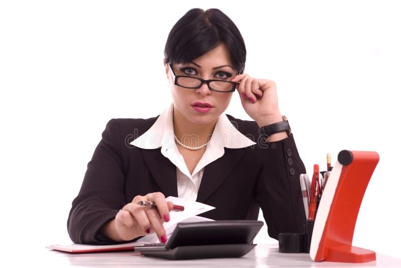 affärsskrivbord henne ståendekvinna royaltyfri bild