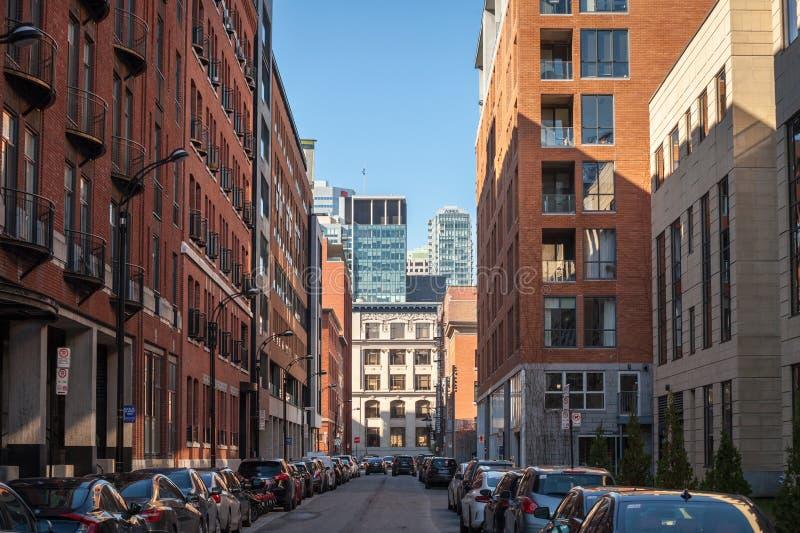 Affärsskyskrapor i dowtownen av Montreal som ses från en närliggande gata av den huvudsakliga staden av Quebec royaltyfri fotografi