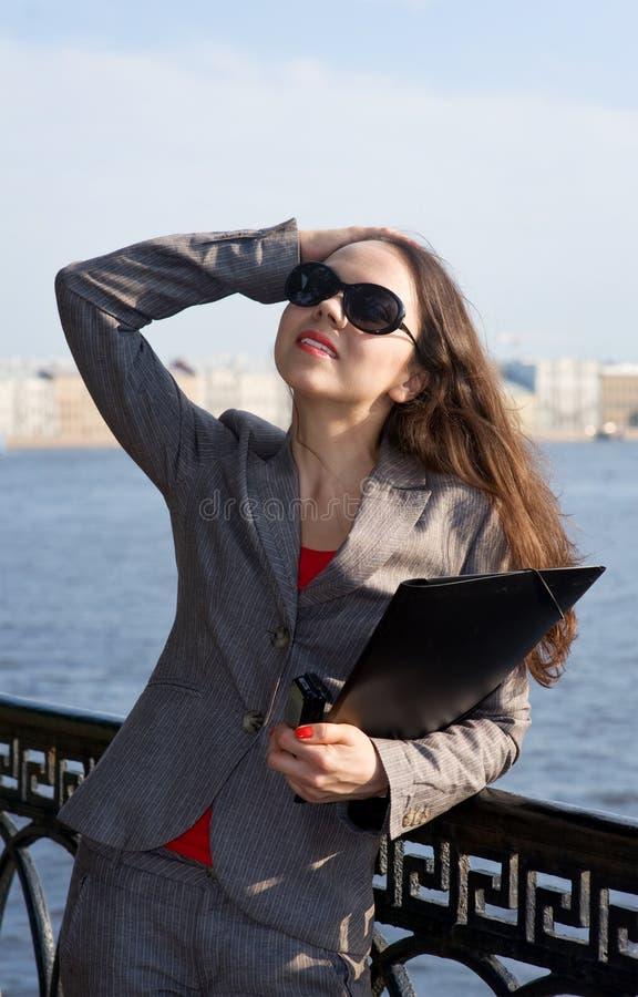 affärssolglasögonkvinna arkivfoton
