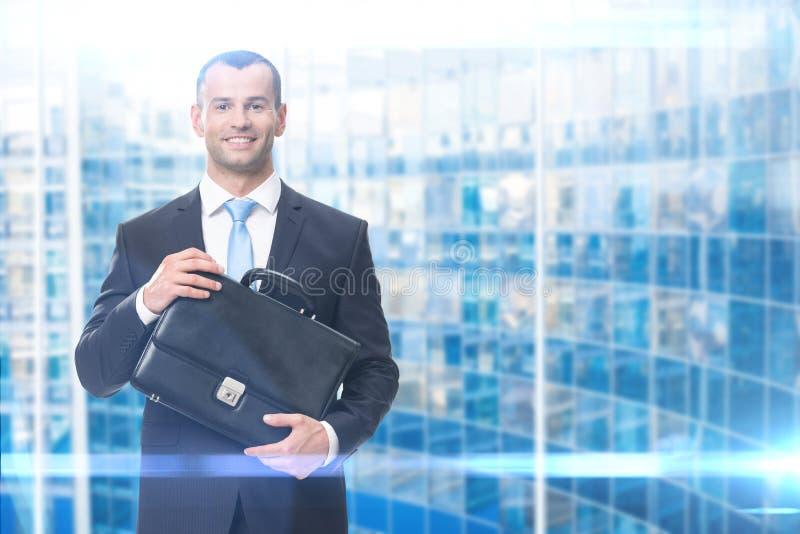 Affärsstående av mannen som håller fallet arkivbild