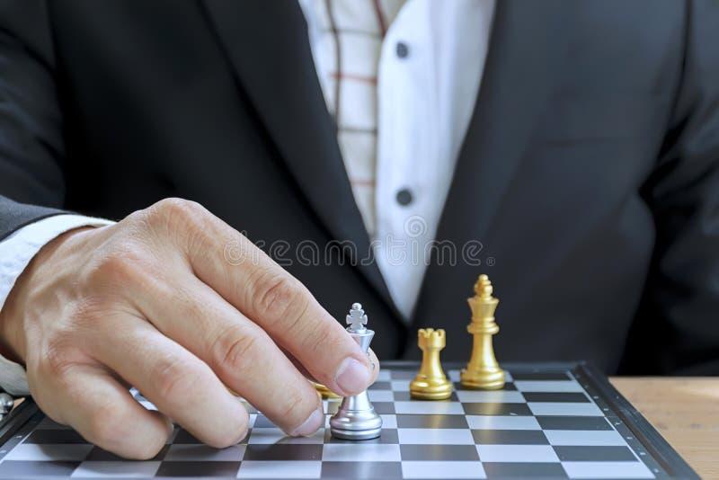 Affärsstrider ska kräva ett starkt plan Affärsmän som spelar schack royaltyfri fotografi