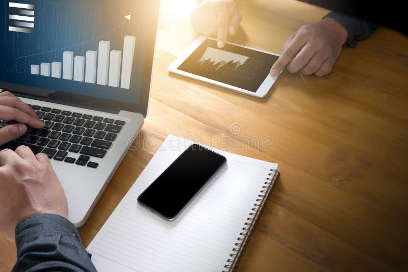 AffärsTeam Workin nationalekonomi och Graphs manöverenhetsmarknadsstoc royaltyfri bild