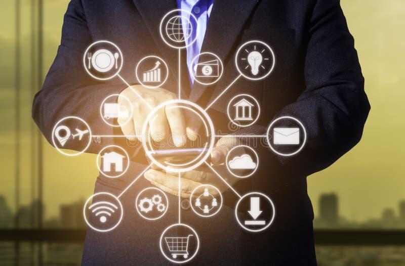 affärsteknologibegrepp, pho för bruk för händer för affärsfolk smart arkivfoton