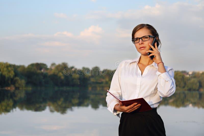 affärstelefonen talar kvinnan royaltyfri fotografi