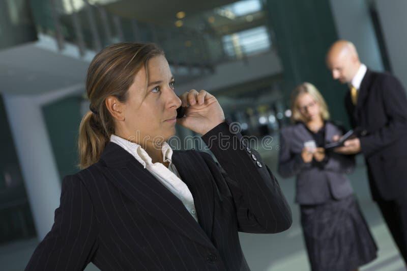 affärstelefonkvinna arkivfoton
