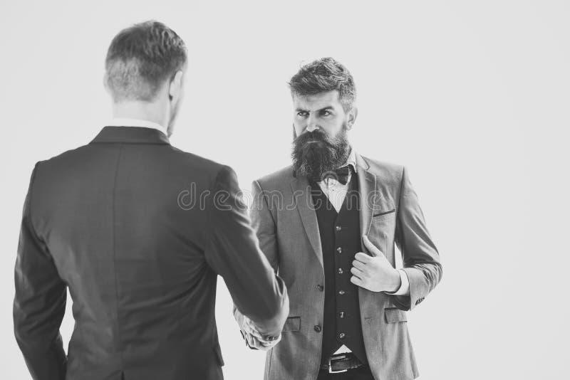 Affärstransaktioner Män i klassiska dräkter, affärsmän, affärspartners som möter, vit bakgrund som isoleras arkivfoto