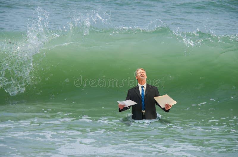 Affärstryckman som får slågen av vågen arkivfoto