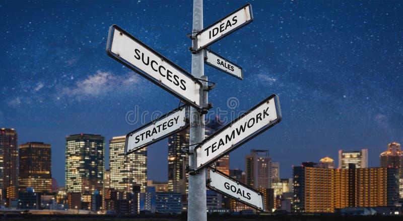 Affärsvägar till framgång på riktningsvägvisaren, stad på nattbakgrund royaltyfri bild