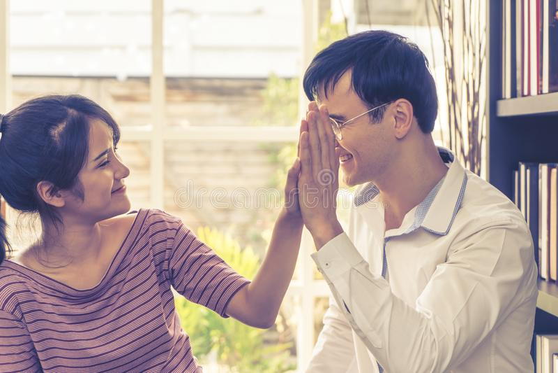 Affärsvänpar hi fem för framgång i familjeföretag royaltyfri bild