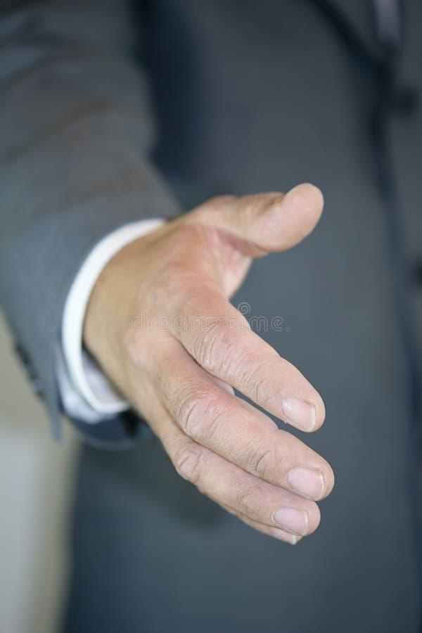 affärsman som ger handen arkivbild