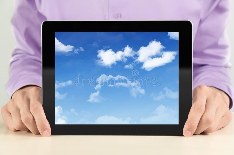 affärsmancloudscapePC som visar tableten royaltyfria bilder