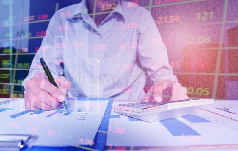 aff?ren startar upp affärsman som använder räknemaskinpunkt för att diskutera grafen upp och ner av ekonomi och arbetar på skrivb royaltyfria bilder