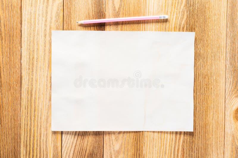 Aff?rsarbetsplats med papper och blyertspennan royaltyfri fotografi