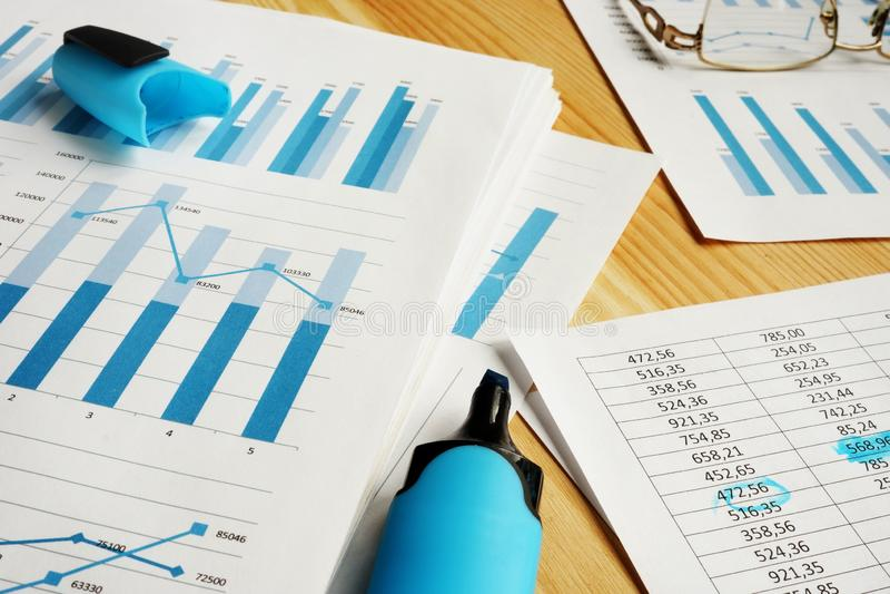 Aff?rsbed?mning Finansiella rapporter för att revidera arkivbilder