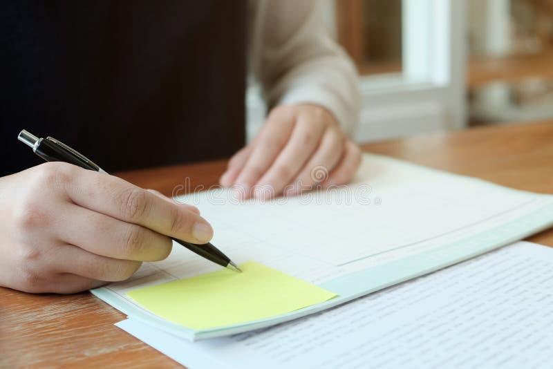 Aff?rsfolk som m?ter designid?er med pennan som analyserar den yrkesm?ssiga aktie?garen f?r finansiella dokument som upp arbetar  royaltyfri fotografi