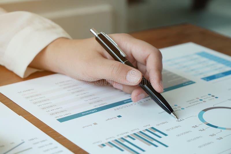 Aff?rsfolk som m?ter designid?er med pennan som analyserar den yrkesm?ssiga aktie?garen f?r finansiella dokument som upp arbetar  arkivfoto