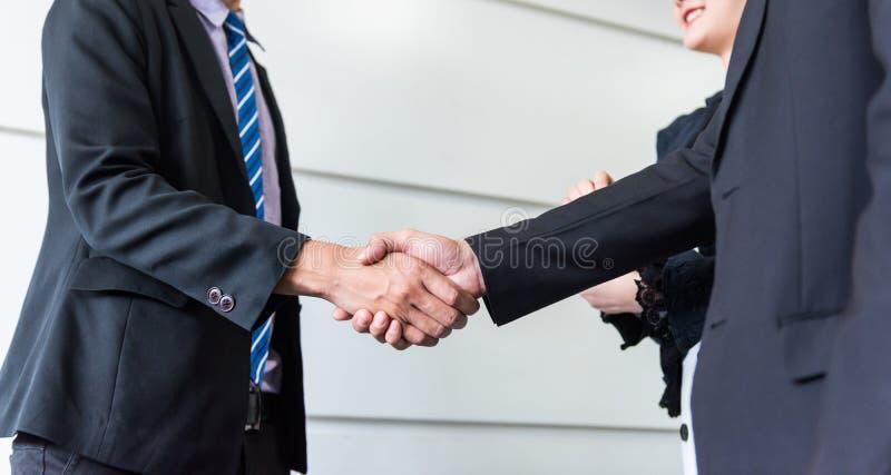 Aff?rshandskakning och teamwork f?r framg?ng royaltyfri bild