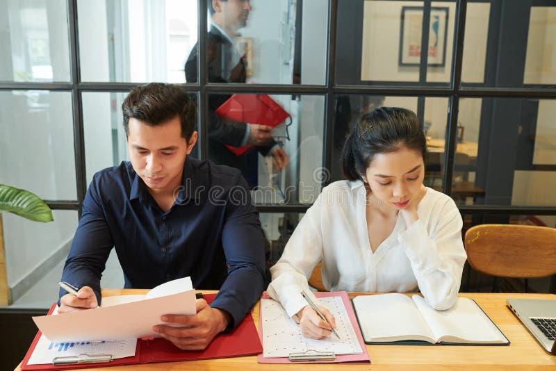 Aff?rskollegor som arbetar p? kontoret arkivbild