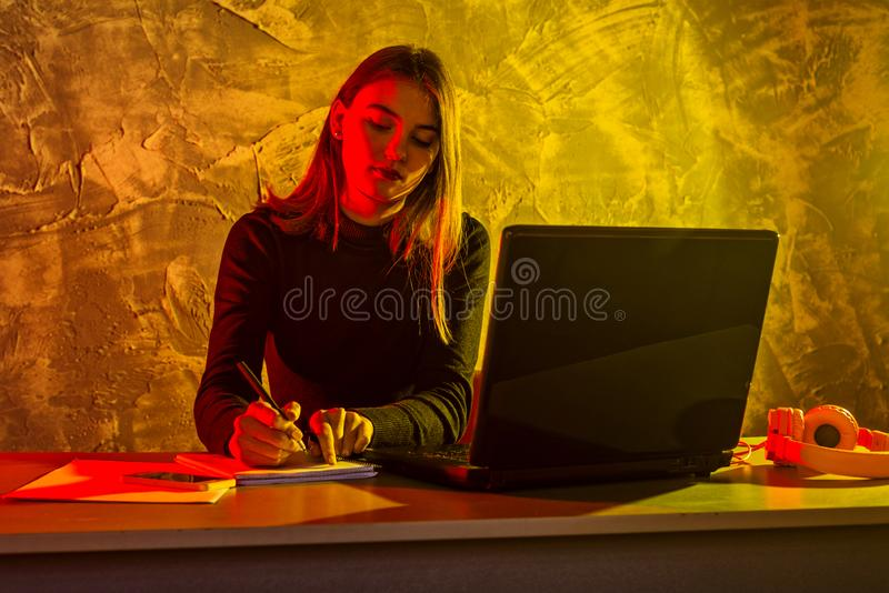 Aff?rskvinna som arbetar p? en b?rbar dator, stressigt l?ge arkivfoto