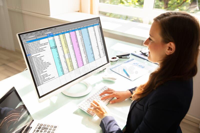 Aff?rskvinna som fungerar p? datoren royaltyfri fotografi