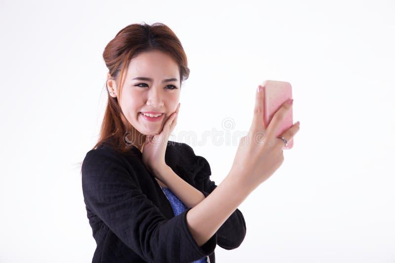 Aff?rskvinna som kontrollerar hennes makeup royaltyfria foton