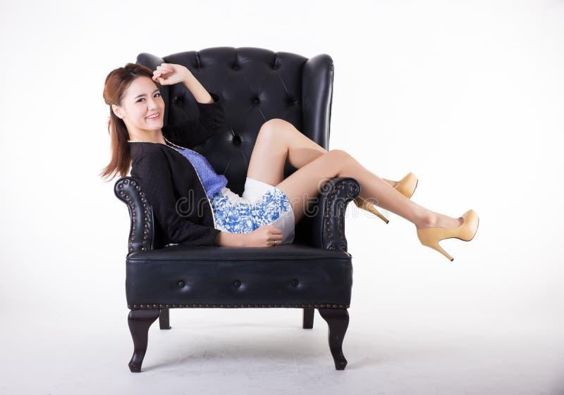 Aff?rskvinna som kopplar av i en stol arkivbilder