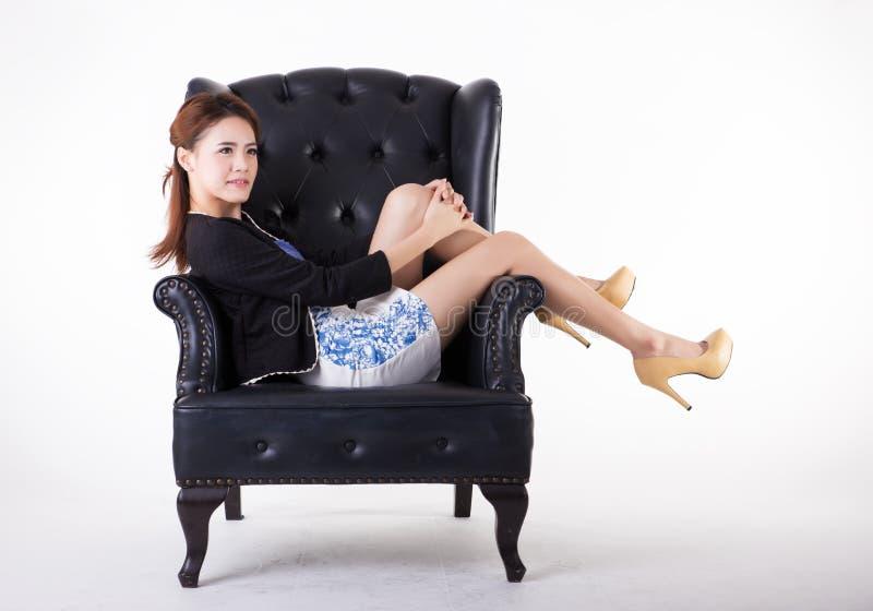 Aff?rskvinna som kopplar av i en stol fotografering för bildbyråer