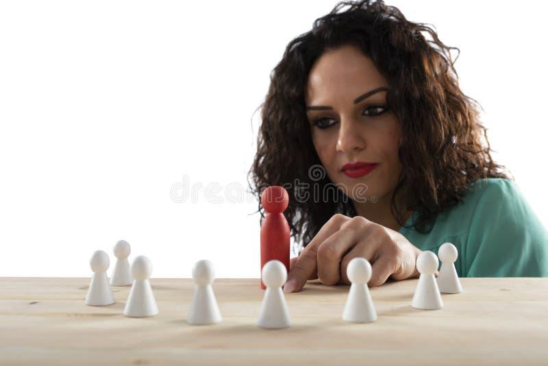 Aff?rskvinnalagledaren t?nker om strategin av f?retagslaget royaltyfri foto