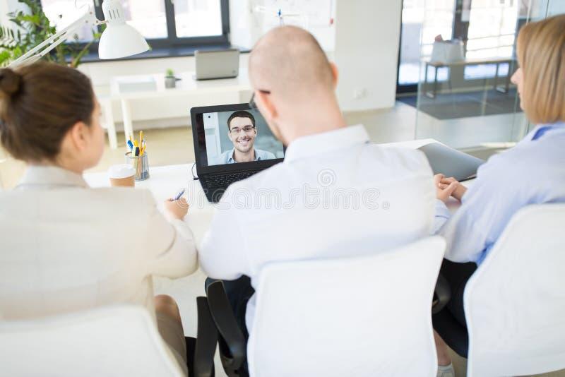 Aff?rslag som har videokonferens p? kontoret royaltyfri foto