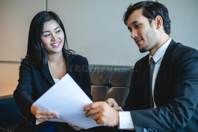 Aff?rsm?n och aff?rskvinnor som diskuterar dokument och id?er i m?te- och f?r jobbintervju begrepp royaltyfri fotografi
