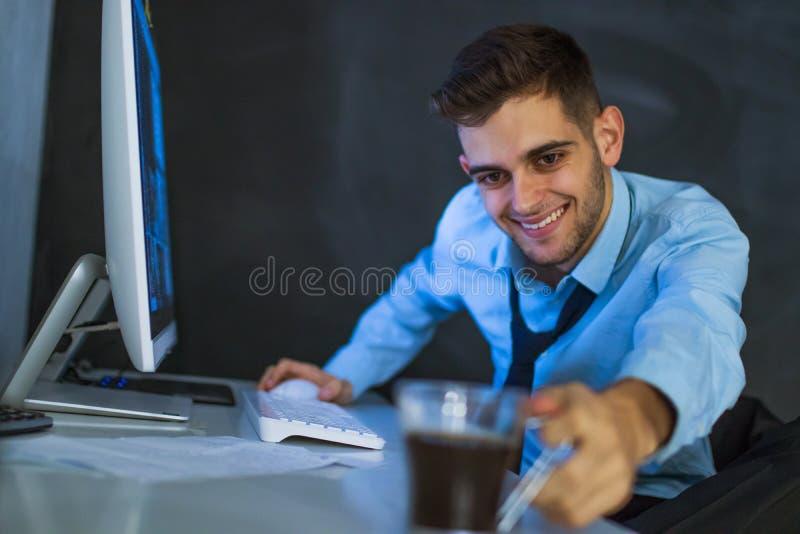 Aff?rsman i kontoret arkivbild