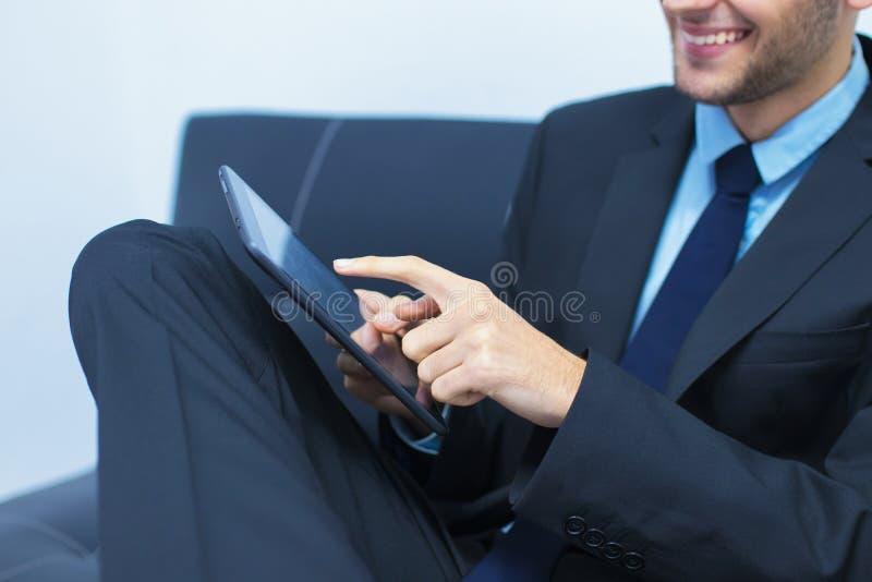 Aff?rsman med datoren royaltyfria foton