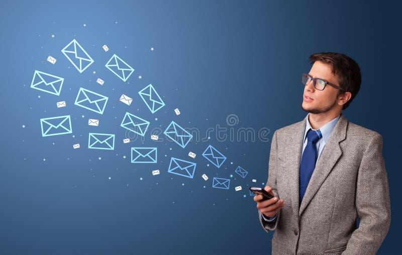 Aff?rsman som anv?nder telefonen med postbegrepp omkring arkivfoto