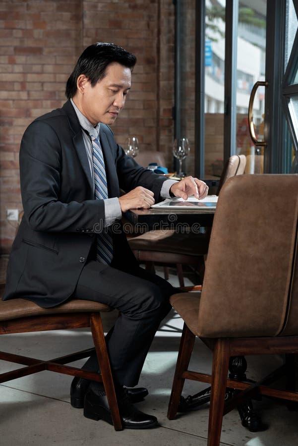 Aff?rsman som arbetar i kaf? royaltyfri foto