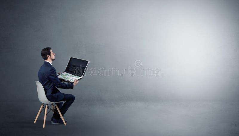 Aff?rsman som blir i ett tomt rum med material p? hans varv royaltyfri bild
