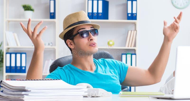 Aff?rsman som f?rbereder sig f?r semester i kontoret arkivbild
