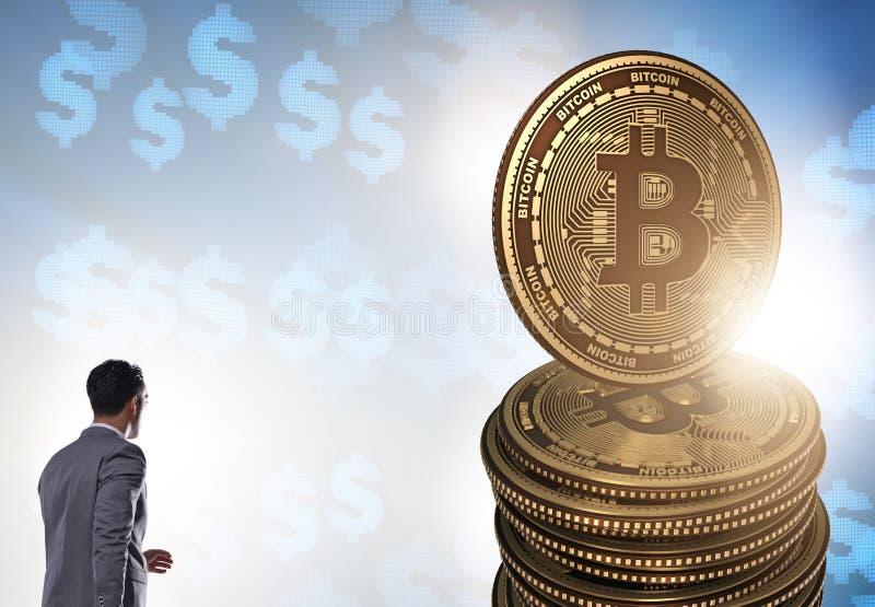 Aff?rsman som g?r in mot bitcoins i cryptocurrencyblockchai royaltyfria foton