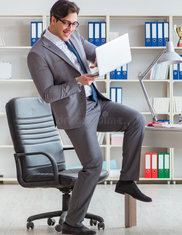 Aff?rsman som har gyckel som tar ett avbrott i kontoret p? arbete royaltyfri fotografi